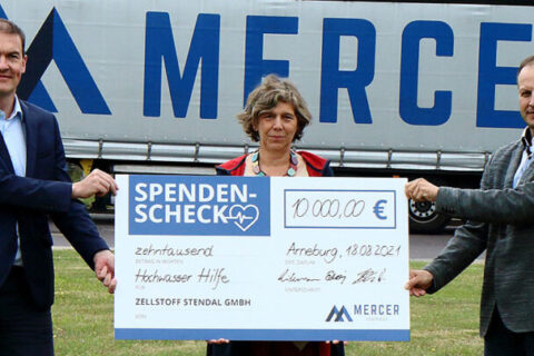 André Listemann, Managing Director of Mercer Stendal, and Wolfgang Beck, Managing Director of Mercer Holz, presenting donation cheque to 'Aktion Deutschland hilft' for the 2021 floods in Germany