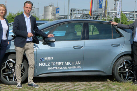 Managing Director Mercer André Listemann, accepts ID.3 electric vehicle from Volkswagen Rosier dealership in Stendal, which will supplement Mercer Stendal's fleet in the future, powered by green electricity from Arneburg.