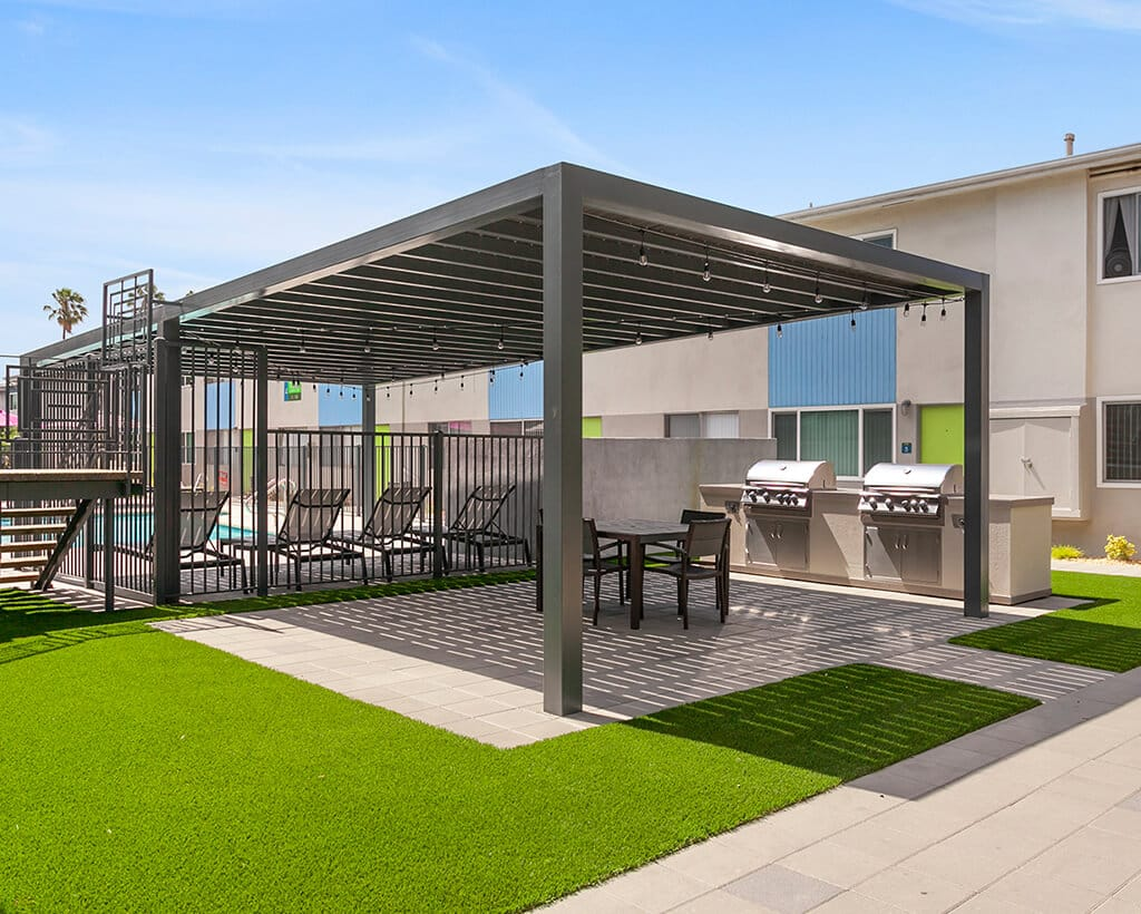The Circle Apartments Gazebo and BBQ Grills with grass and pathways