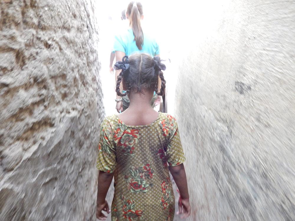 girl-in-slums-mumbai-472