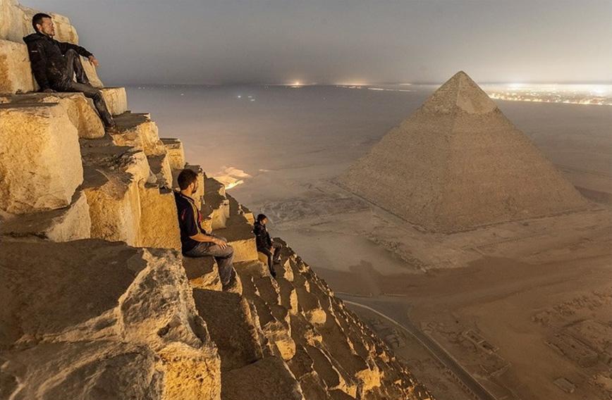 russians-climb-pyramids