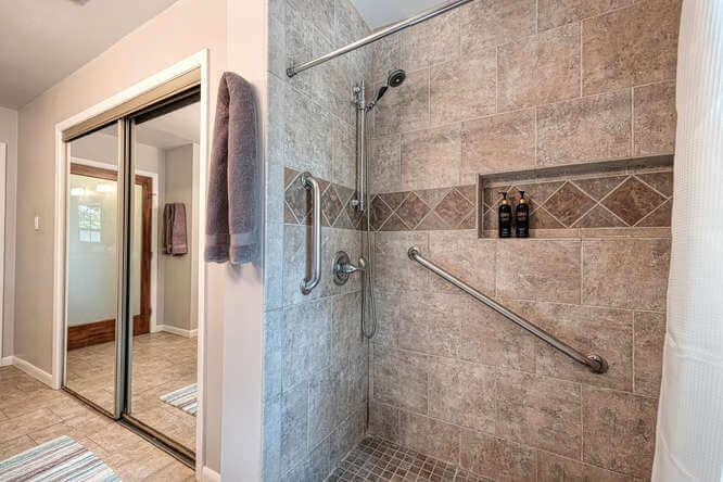 399 Leisure Ln Cedar Creek TX-small-026-029-Master Bath-666x444-72dpi