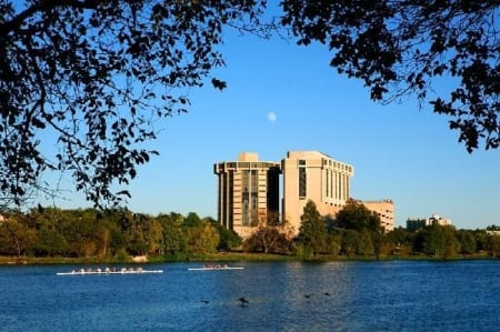 An image of the Holiday Inn Austin Town Lake. Use the hyperlink in the text to lock in your Austin Marathon weekend rate.