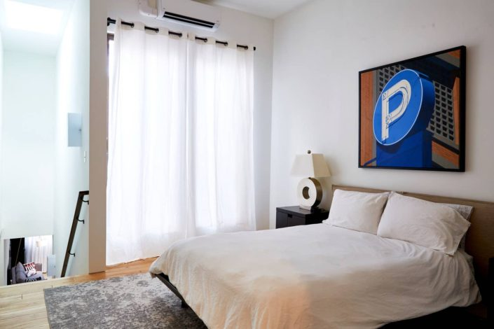 E1507 live with art, bedroom