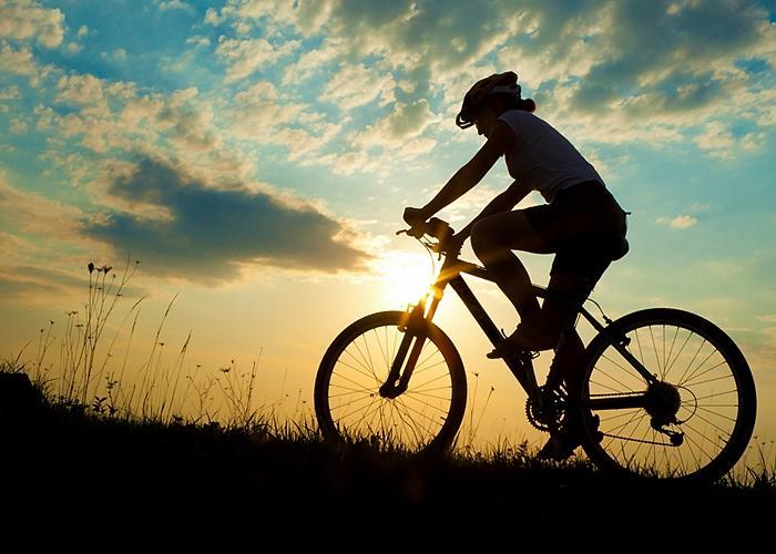 Ciclista-en-el-monte-700x500