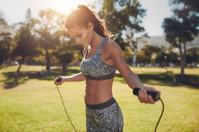 mujer-saltando-la-cuerda