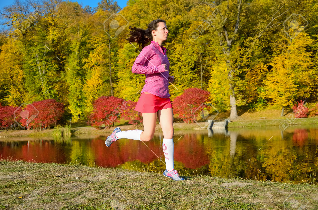 33872650-mujer-que-se-ejecutan-en-el-parque-de-oto-o-hermosa-chica-corredor-correr-al-aire-libre-entrenamient-foto-de-archivo
