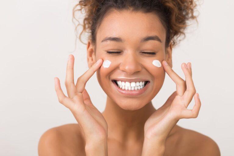 soins du visage à montréal facial spa meilleurs soins du visage à laval fille avec de la crème sur son visage dans un salon de beauté
