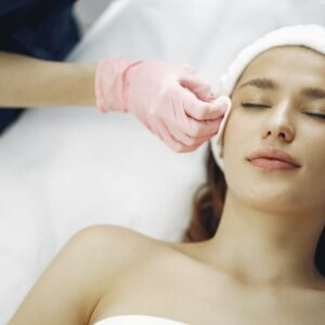 femme obtenant un peeling chimique du visage à montréal et laval skincare spa