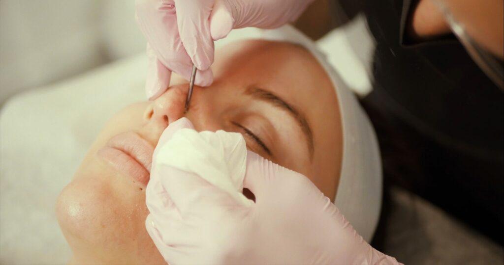 spécialiste des soins de la peau travaillant sur le client pendant les cours de soins de la peau