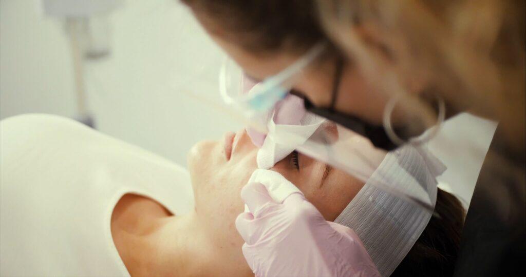 traitement d'extraction faciale élimination des points noirs sur un client à montréal médical