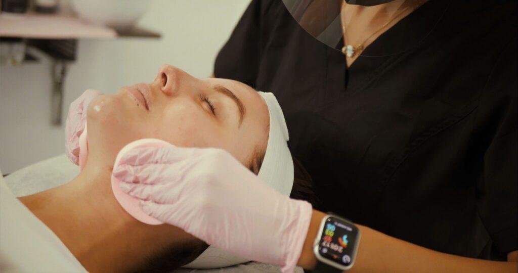 un visage professionnel fait à la clinique de soins de la peau new age spa à montréal canada