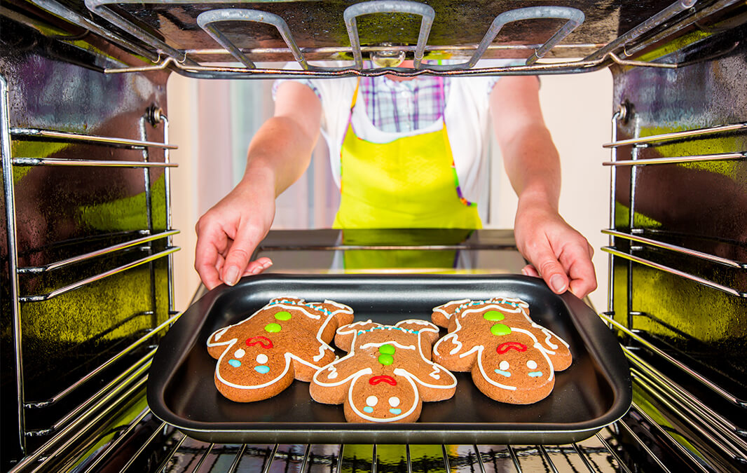 Taking gingerbread out of the oven