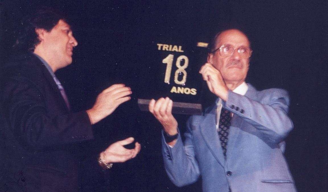 Lincoln Miranda Duarte entrega a Carlão Coachman homenagem pelos 18 anos de Campeonato Brasileiro de Trial . Crédito: Carlãozinho Coachman/Acervo Motostory