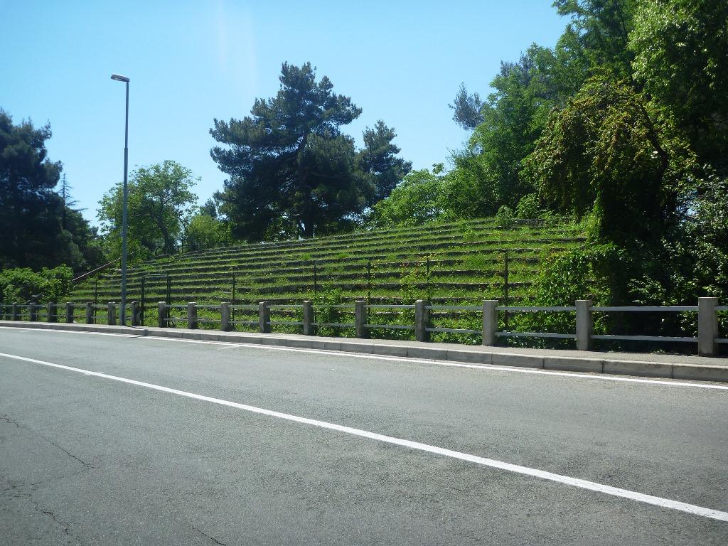 Arquibancada feita em pedras existe até hoje no percurso do circuito de Opatija. (ICGP Brasil)