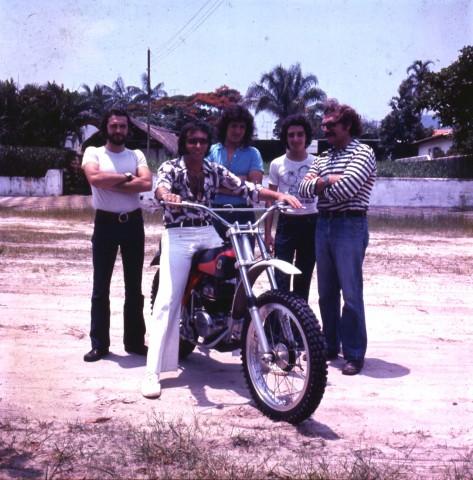 Paulo, Emerson, Frota, eu e meu pai, no Guarujá. Foto Acervo Marazzi / Motostory