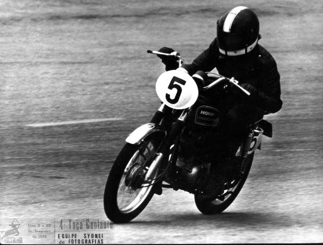 Correndo na Taça Centauro em 1975, ainda com o guidão original. Foto Equipe Sydnei de Fotografias / acervo Marazzi / Motostory