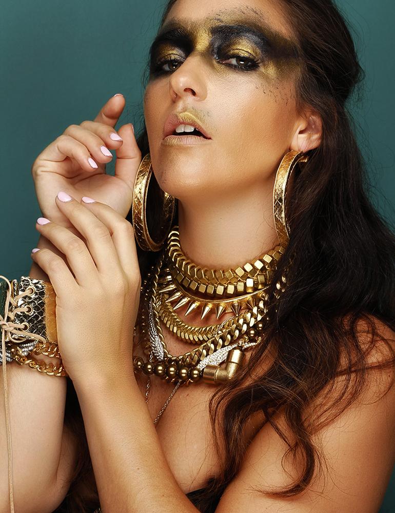 creative-makeup-gold-jewerly-stylist-blogger