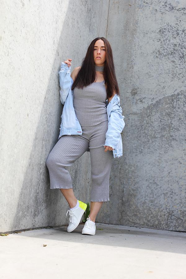 tobi-clothing-oversized-denim-jacket-neon-sneakers-11