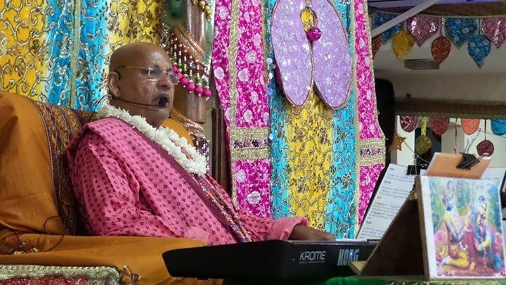 Govind Dev Ji of Jaipur Orders His Sevaks to Give His Prasaadi Dress to Shri Ramesh Baba Ji Maharaj