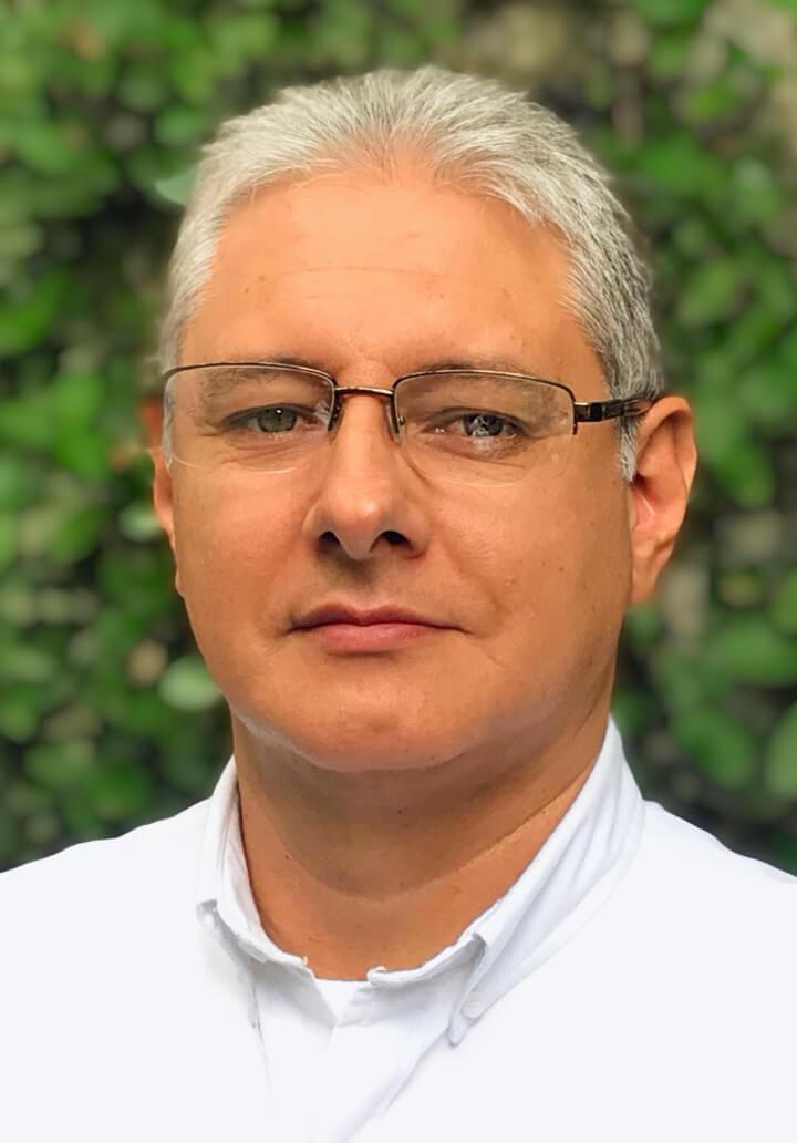 headshot of doctor roberto gomez