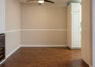 Empty living room with ceiling fan