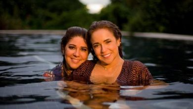 Daniela Mercury e Malu Verçosa em cena do clipe de Duas Leoas. (Foto: Reprodução/YouTube)