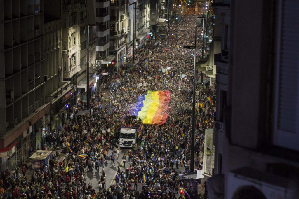 Milhares participam da Marcha Pela Diversidade em Montevidéu, no Uruguai nesta sexta-feira, 27. (Foto: Marcelo Bonjour)