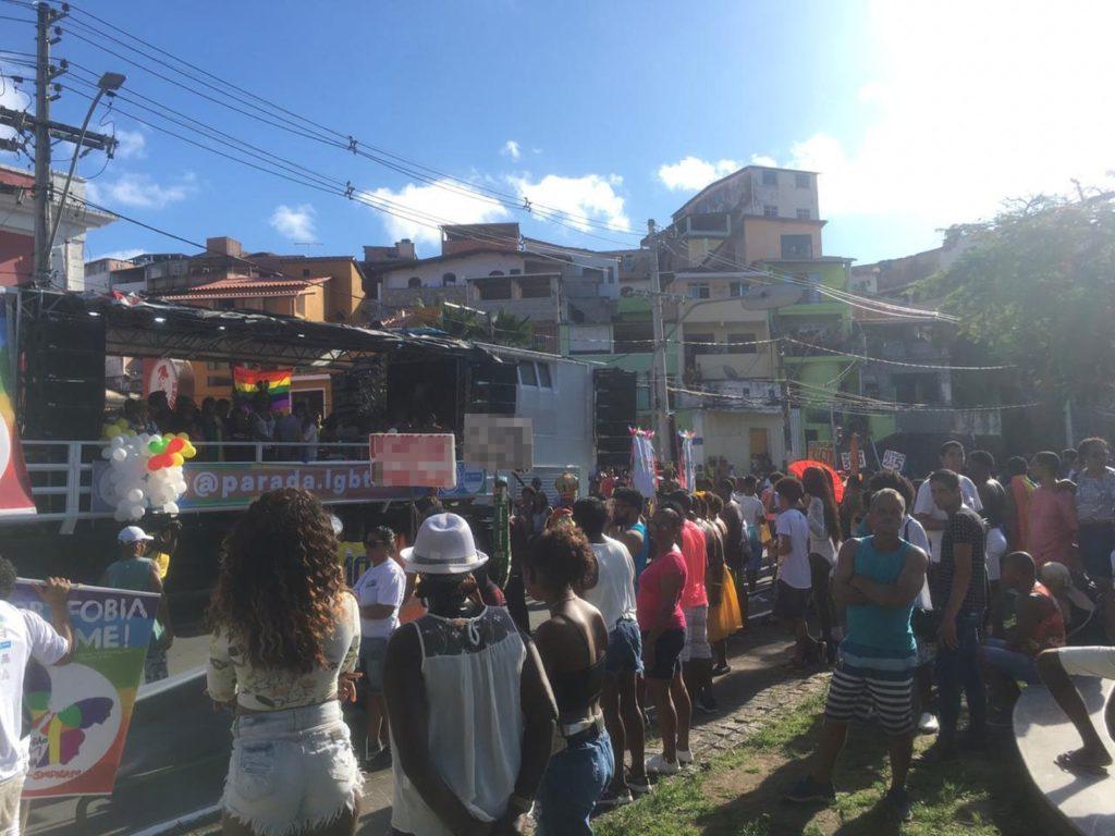 Público participa da Parada LGBT neste domingo, em Salvador. (Foto: João Souza)