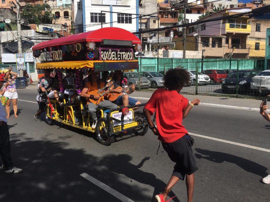 Minitrio elétrico agita público na Parada LGBT de Salvador. (Foto: João Souza)