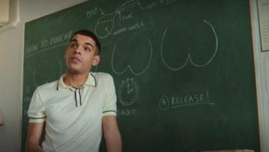 Nahim, em Sex Education, ensinando o passo-a-passo para fazer a chuca. (Foto: Reprodução/Netflix)