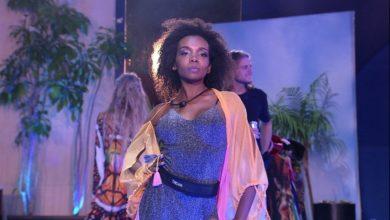 Na Festa do Líder, Thelma brinca de desfilar. (Foto: Reprodução/TV Globo)