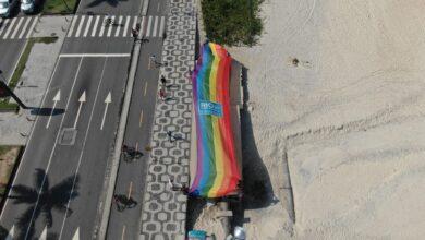 CEDS-Rio promoveu um manifesto silencioso e solitário estendendo nas areias da praia de Ipanema um bandeirão arco íris de 30 metros. (Foto: Divulgação/SEOP)