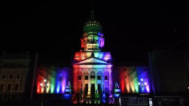 O Congresso argentino, em Buenos Aires, iluminado com as cores do arco íris em homenagem ao 10º aniversário da legalização do casamento igualitário. (Foto: Juan MABROMATA/AFP)