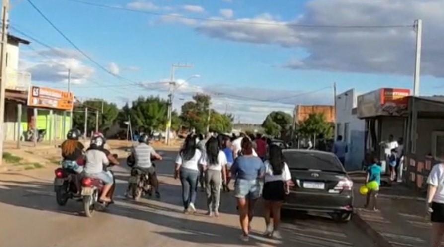 Familiares e amigos de jovem morto em fazem passeata e pedem justiça. (Foto: Reprodução/TV Bahia)