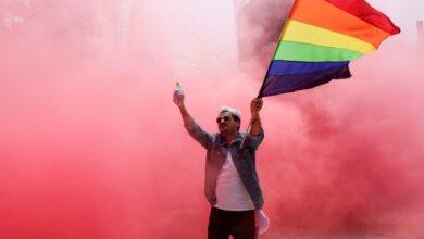 Imagem de um homem que comemora o orgulho LGBT na cidade do México, em 27 de junho de 2020. (Foto: Henry Romero/Reuters)