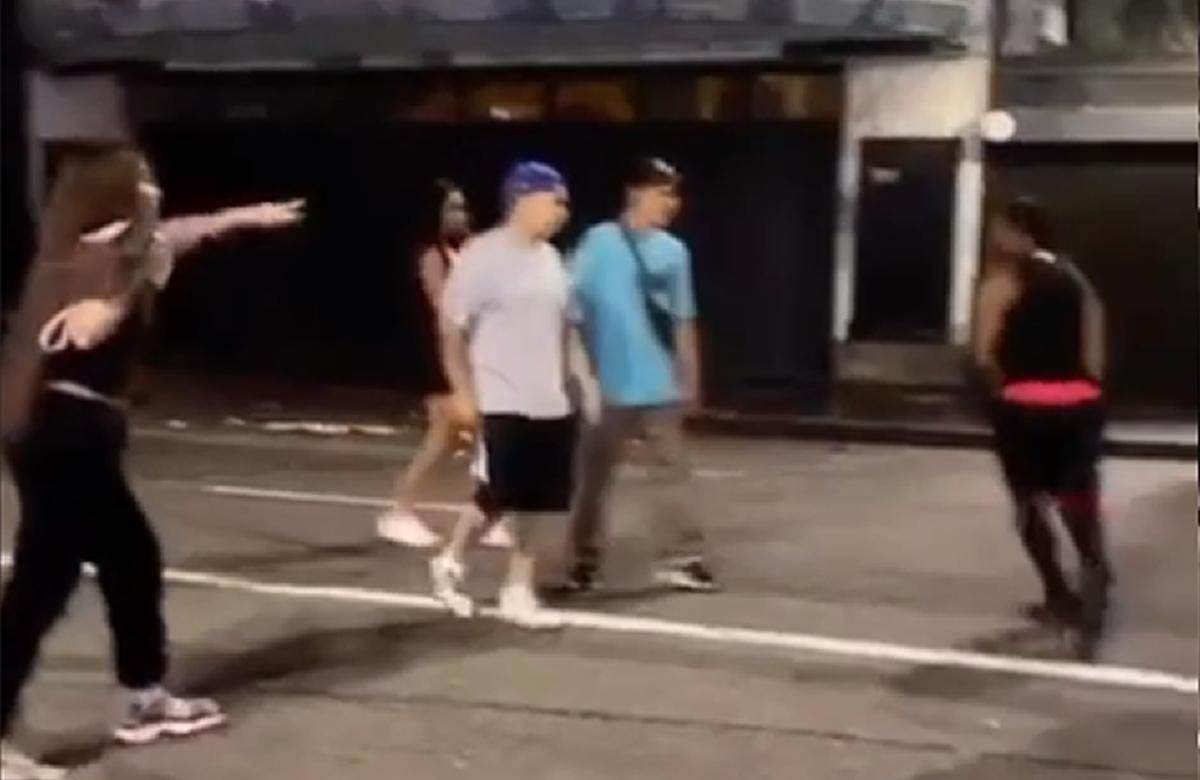 Todos os vídeos da agressão foram compilados em um destaque no perfil de uma das vítimas. (Foto: Reprodução/Instagram)