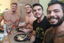 O quadrisal formado por Léo, Rafa, Samuel e Sérgio na primeira refeição na casa nova, que compraram juntos. (Foto: Reprodução/Instagram)