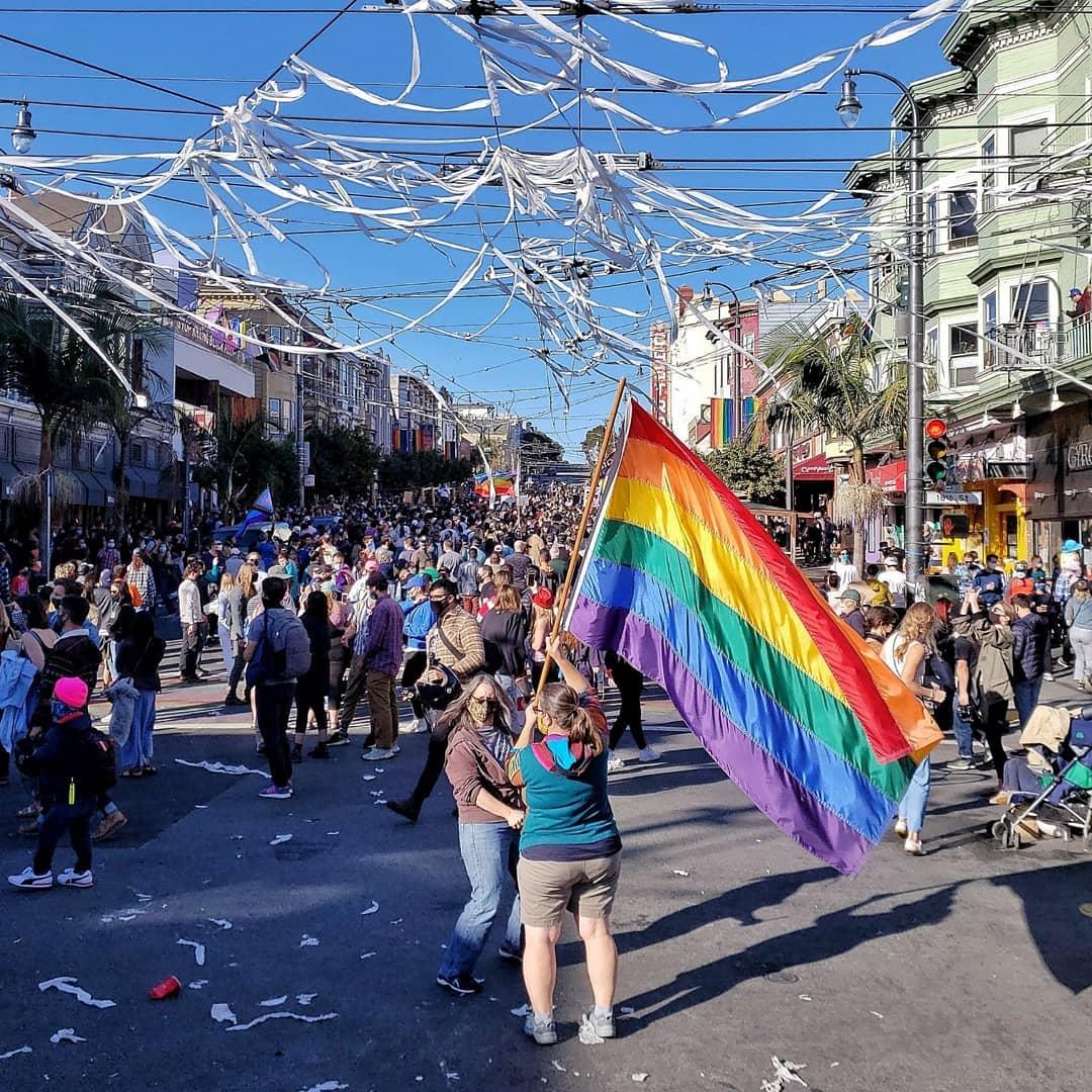 Quem estava no Castro, em São Francisco nos EUA, afirma que podia ver a multidão crescendo a cada hora. (Foto: Reprodução/Instagram)