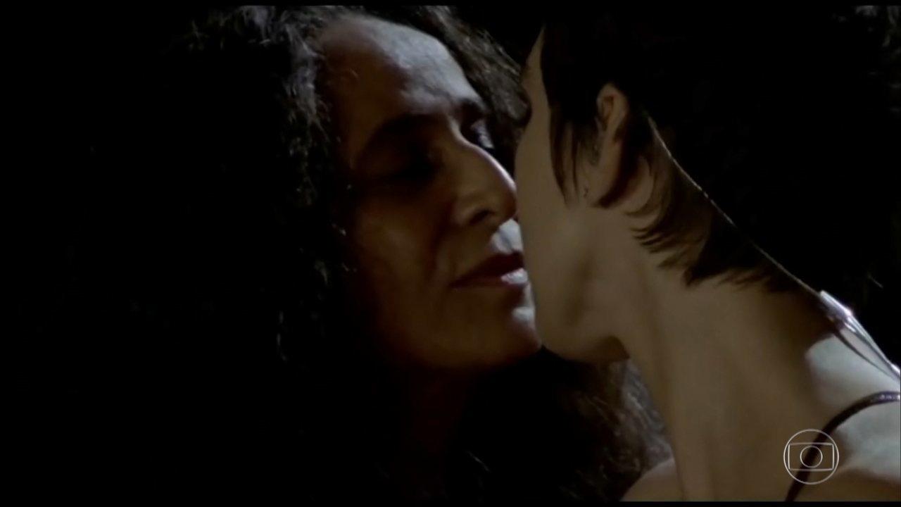 Adriana Calcanhotto responde se beijo em Maria Bethânia em 2001 foi 'passada de bastão'. (Foto: Reprodução/TV Globo)