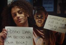 As atrizes Dandara Mariana e Priscila Limana interpretam a professora de ginástica Aline e a recém-separada Vani. (Foto: Reprodução/YouTube)