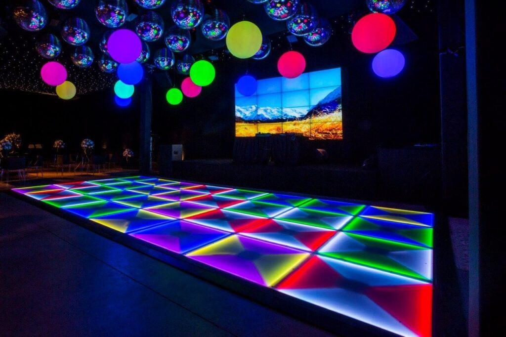 Piso Led Slim em pista de dança moderna com Esferas de Led no teto
