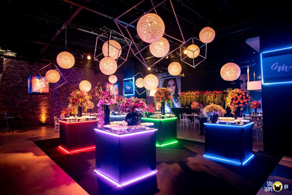 mesa de doces com decoração geométrica de luzes