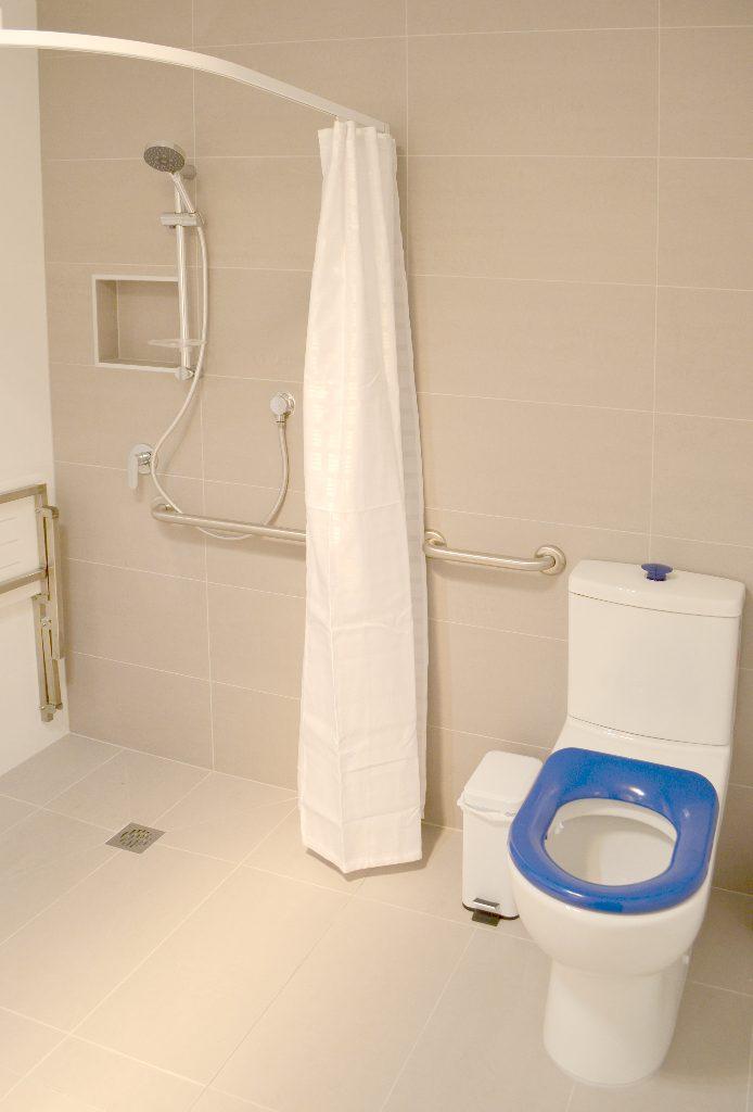 Kangaroo Bay Apartments - 2 Bedroom Apartment Disabled Access Bathroom - Bellerive Hobart Accommodation