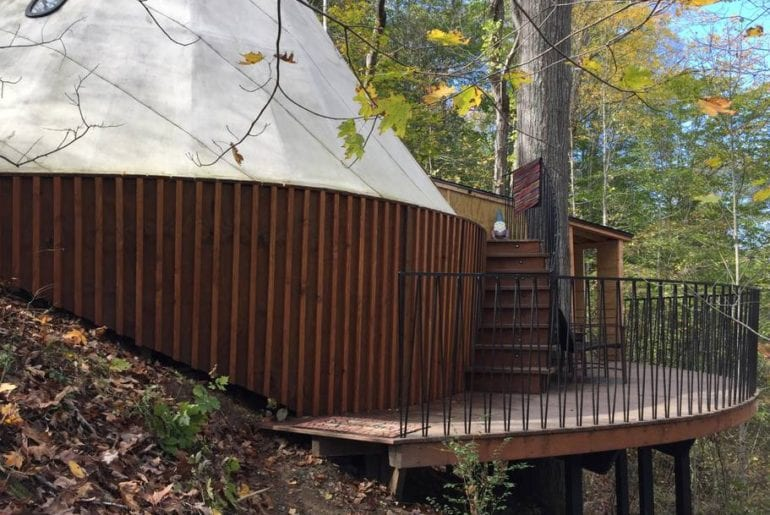 Deck and facade of this tipi in the tree tops