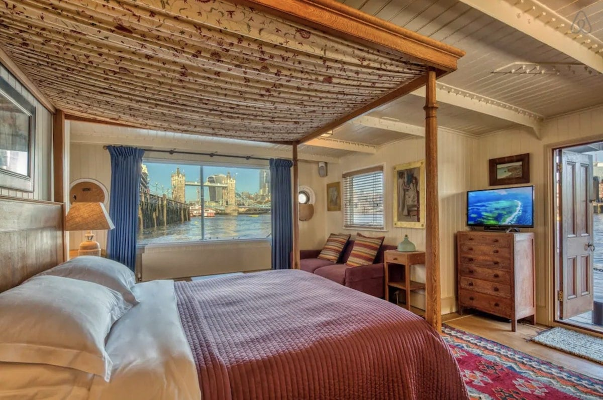four poster bed with view of tower bridge