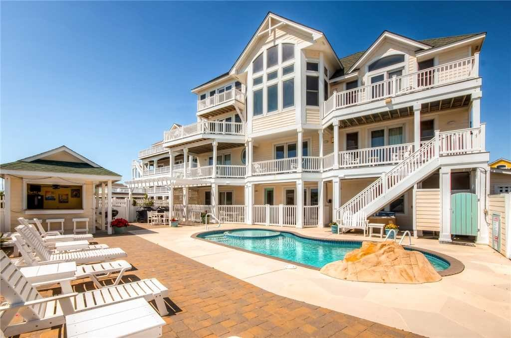 luxury vrbo rental with pool and tiki bar NC