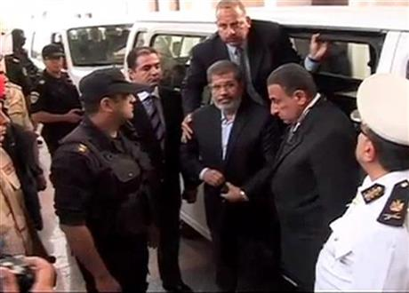 Ousted Egypt president's wife sees him in prison