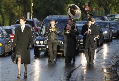 'GREAT TRAIN ROBBER' RONNIE BIGGS LAID TO REST