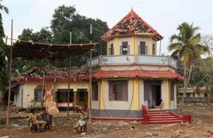 Police hunt suspects in India temple fire that killed 110